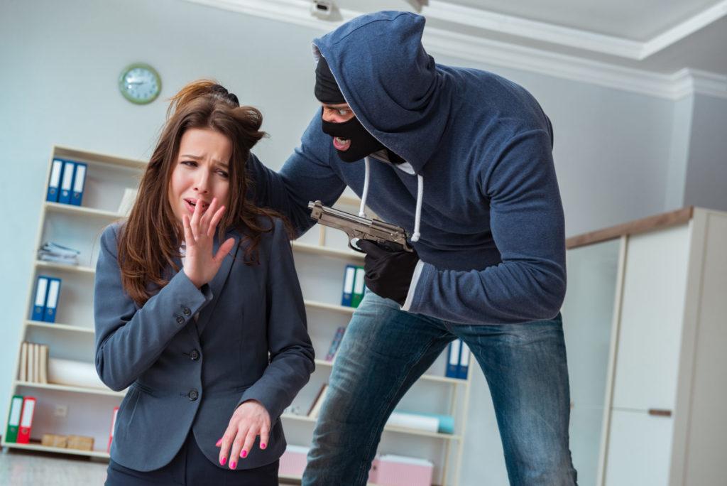femme prise en otage par un homme armé