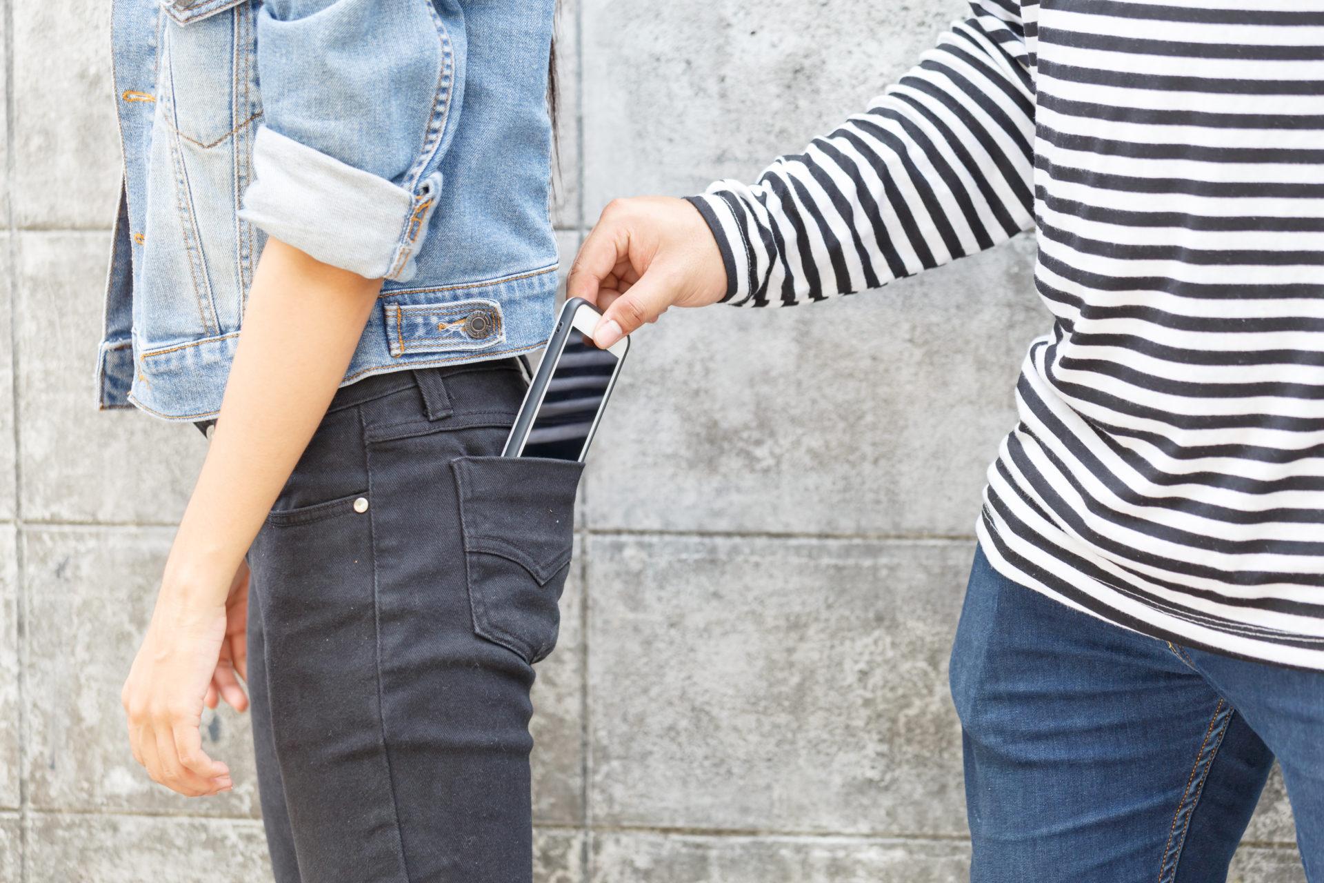 vol d'un smartphone dans une poche arrière