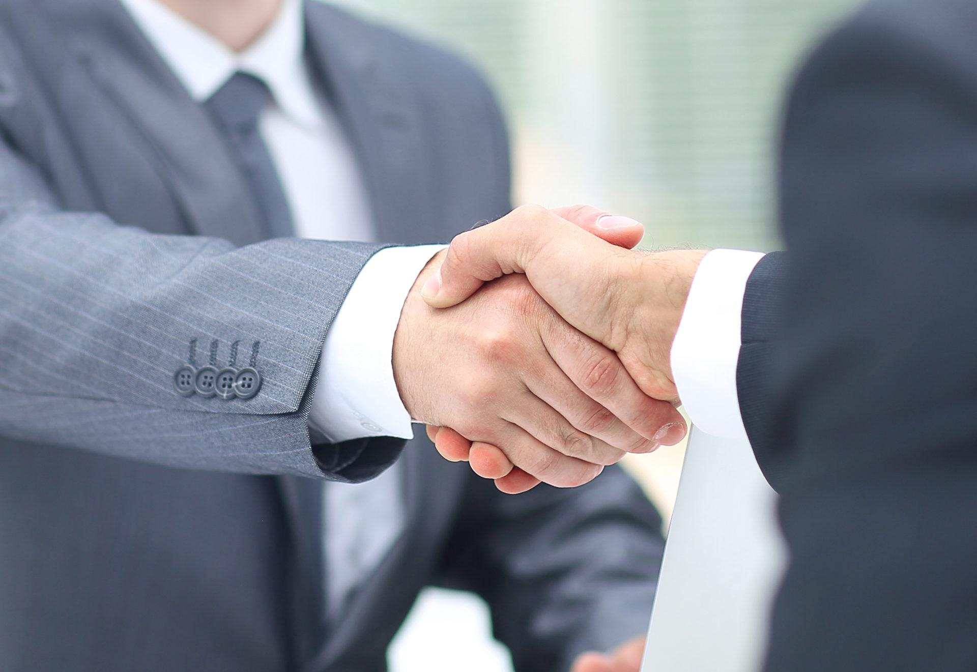 poignée de main entre hommes d'affaires