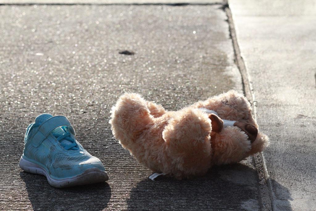 chaussure et ourson en peluche sur le trottoir